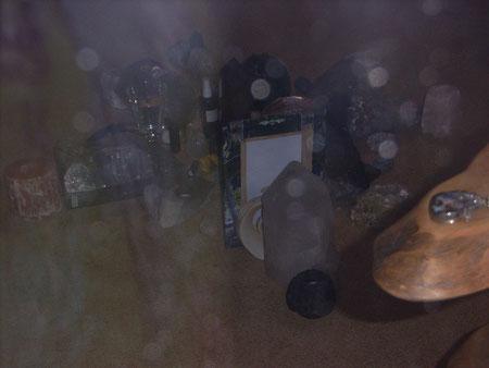 gleicher Heilkreis durch die Sicherheit der Schaufensterscheibe fotografiert  mit Orbs