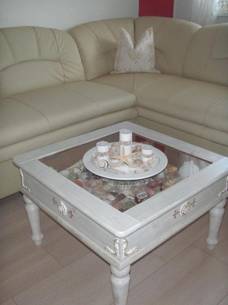... der selbst-shabby-getrimmte Tisch passt auch wieder wunderbar, nach der Renovierung :o)