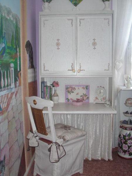 Dieser Schrank wurde auch selbst lackiert und mit verschnörkelten Elementen versehen (war früher ein ganz normales Schrankteil einer Kinderzimmer-Schrankwand) :o)