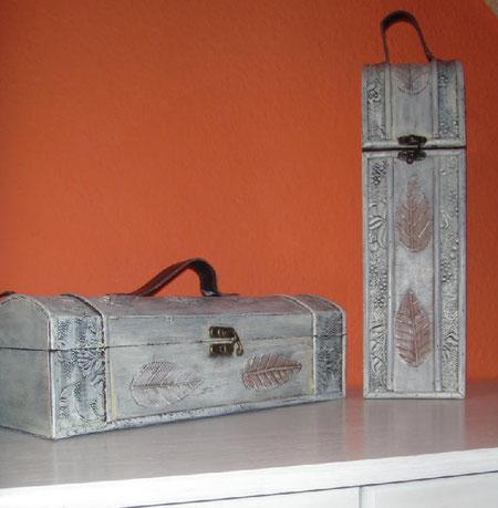 Weinflaschengeschenkboxen ... waren ursprünglich ganz dunkel und passten eher zum Kolonialstil. Habe sie deshalb shabby-weiß gemacht.