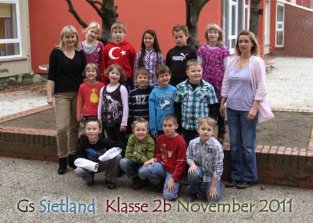 Klasse 2b mit Frau Simon (links) und Schulbegleiterin Frau Budschinsky-Hey