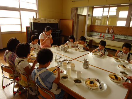 子どもたちがお食事をしている写真