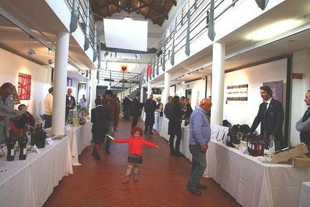 会場は、現代アートに囲まれた美術館