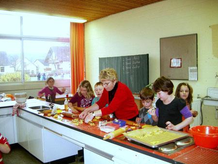 Lehrerin Renate Schneider mit den Kindern der Klasse 2b