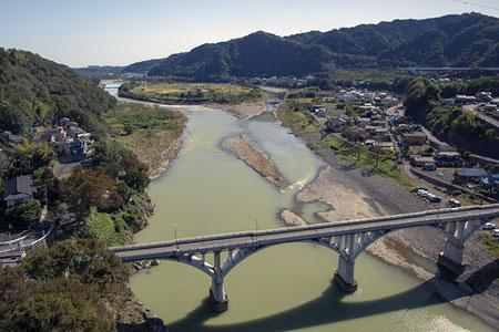 写真の上部中央やや左寄りに浮かんでいる丸い所が大島。この日は雨が降った後のようで、川の水が濁っていたのが少し残念!