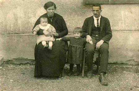 Kreszentia und Eugen Schwager, vermutlich mit Martha und Heidi (meine Grossmutter)
