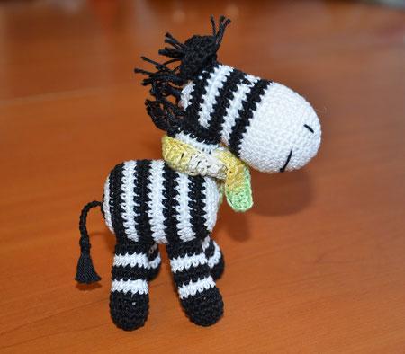 Зебрик в шарфике,игрушка-погремушка зебра вязаная ,слингоигрушка -520 руб.При покупке от трех игрушек- цена зебрика -500 руб ,так же- в комплекте с бусами.