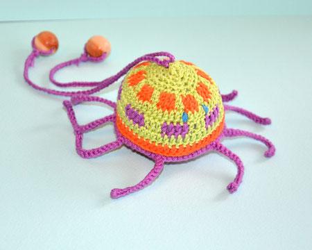 Осьминожка ,вязаная игрушка с бубенчиком,слингоигрушка-370 руб.В комплекте с любыми бусами - 340 руб.или при покупке от трех игрушек- цена также -340 руб.