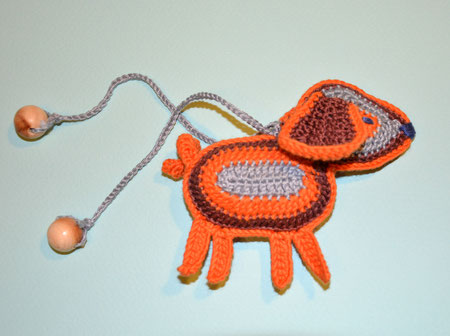 Собачка,вязаная игрушка с бубенчиком ,слингоигрушка -370 руб,в комплекте с любыми бусами - 340 руб.или при покупке от трех игрушек- цена также -340 руб.