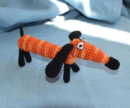 Таксик рыжий ,собака-вязаная игрушка с бубенчиком ,слингоигрушка 580руб( в комплекте с бусами -540руб.)или при покупке от трех игрушек- цена также -540 руб.