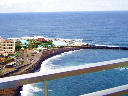 Bild:Blick direkten auf das Meer und auf das Meeresschwimmbad von Puerto de la Cruz