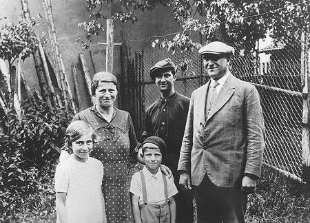 1936 im Hausgarten - Eltern Strauß mit Feiber, Marga und Manfred
