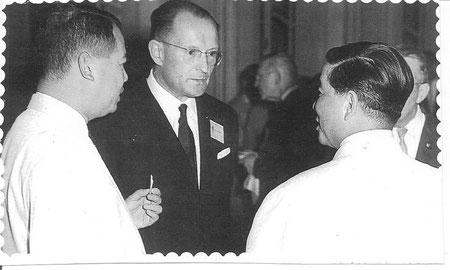 Le Président Ngo Dinh Ziem avec M. Autret (Directeur Division Nutrition FAO) à la Conférence de Nutrition, Saigon 1962