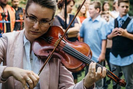 Traurednerin Stella Grammling bei voller Konzentration an der Geige :) - Foto: Tiberius Santa.