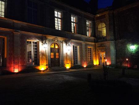 Eclairage architectural à Led projeté sur la façade du lieu de réception