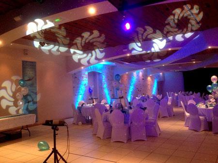 Mise en lumière d'une salle de mariage par projecteurs d'ambiance & scans robotisés