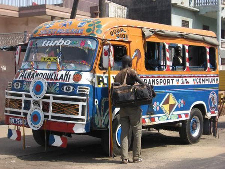 "un ""djiguene yi"", bus traditionnel sénégalais"