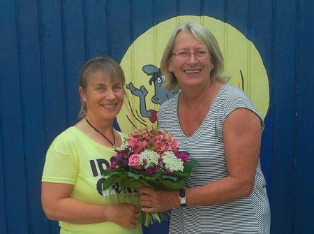 Christine Peters überreicht Ute Schübele-Weber einen Blumenstrauß