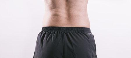 尾てい骨の上の腰痛に悩む奈良県大和高田市の男性