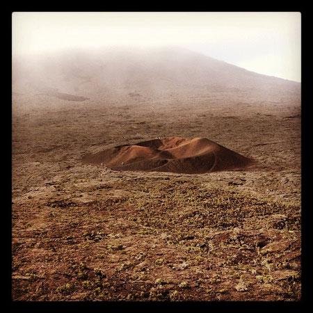 Au pied du piton de la fournaise, le cratère de Formica Léo,  un grain de beauté dans ce paysage lunaire