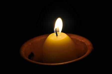 Ein Kerzenlicht verbessert die Abendstimmung an der Möll in Obervellach