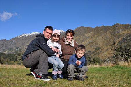 Claudia Hannes mit ihrem Mann Zak und den Kindern Emily und Dominik