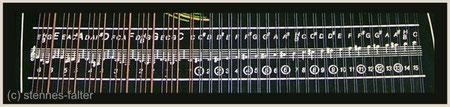 deutsche 4-chörige Besaitung einer 6-Akkord-Mandolin-Zither - Melodiesaiten doppelt - Tonleiter vollchromatisch - Hervorhebung der Baßbezeichnung