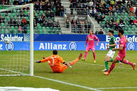 Nassim Ben Khalifa (GCZ) trifft zum 1:1 gegen Torhueter Daniel Lopar (FCSG) und Philippe Montandon (FCSG)
