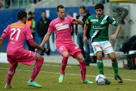 Matias Vitkieviez (R. FCSG) gegen Daniel Pavlovic (GCZ) und Alves dos Santos Caio (GCZ)