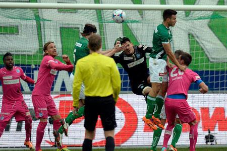 Philippe Montandon (mit Kopfschutz, FCSG) trifft mit dem Kopf zum 1:0 gegen Torhueter Roman Buerki (GCZ)