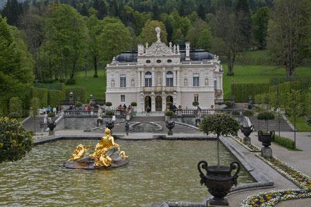 """Schloss Linderhof von König Ludwig II """"versteckt"""" in den Bayrischen Alpen"""