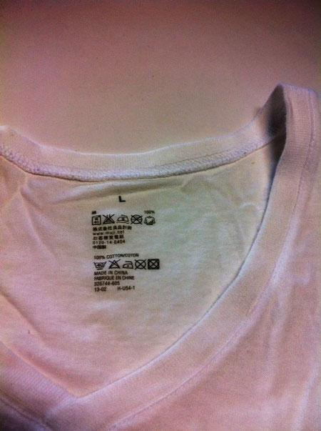 僕の定番、、、けっこうあるけどコレもその一つ。 シャツを着るとき、中に着る肌着(Tシャツ)を見せたくないときは、Vネックのこいつで決まり! タブが無く、サイズや洗濯表示が直にプリントされてるのも◎! *無印良品製
