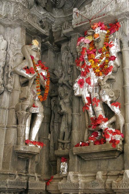 Figuren im Tempel