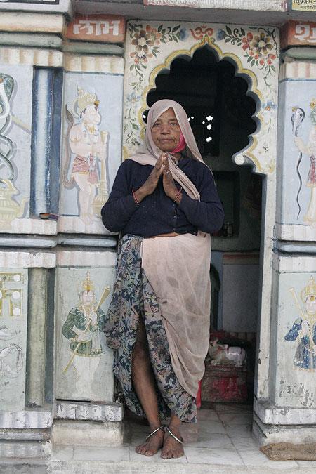 Frau an einem privaten Tempel