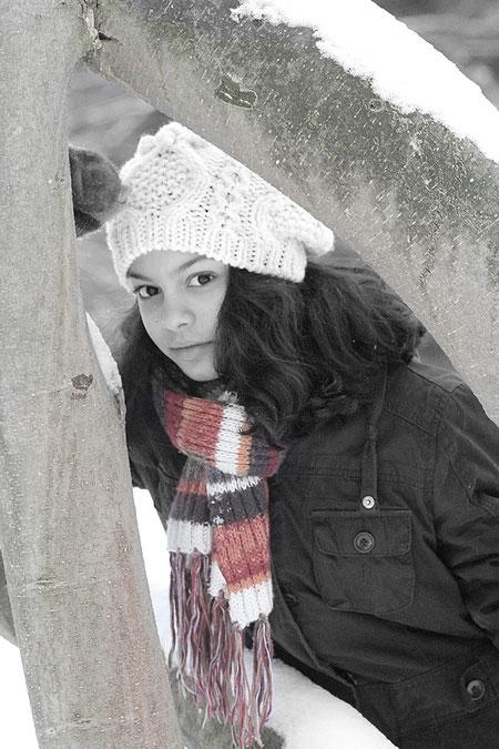 Laura mit buntem Schal