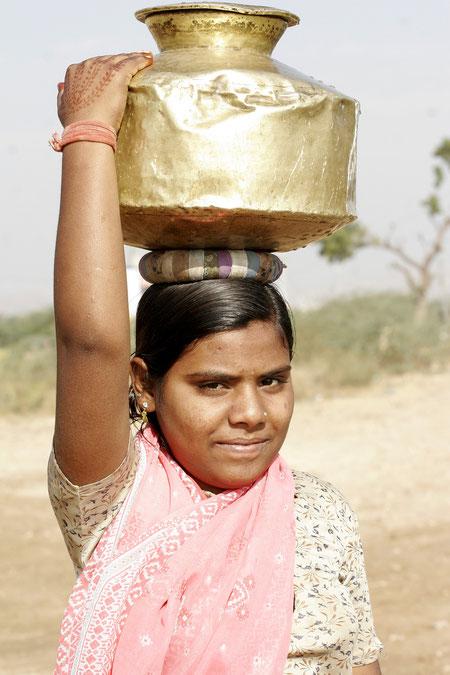 junge Frau mit Wasserkrug