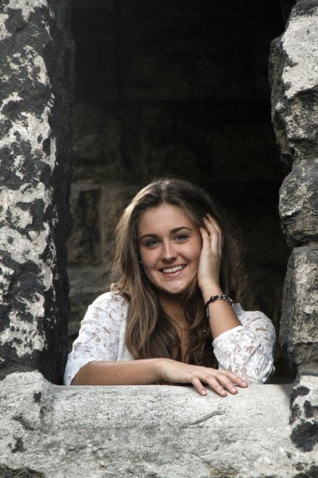 Carmen an der Kirchenmauer