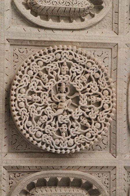 heilige Figuren schmücken den Tempel