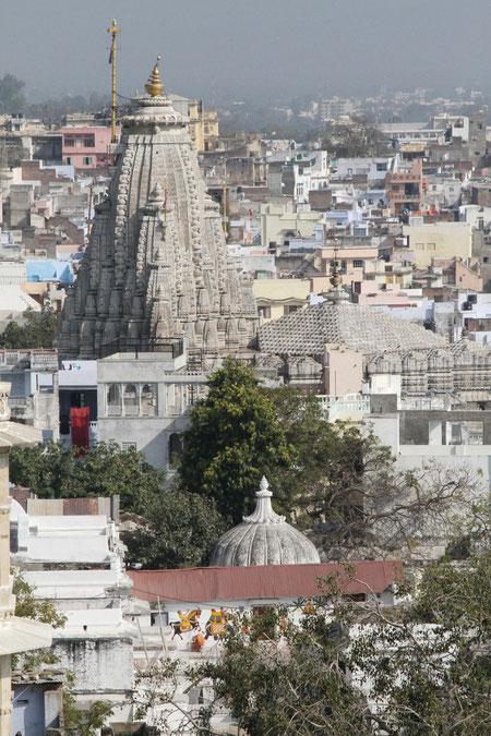 Blick vom Stadtpalast auf den Tempel