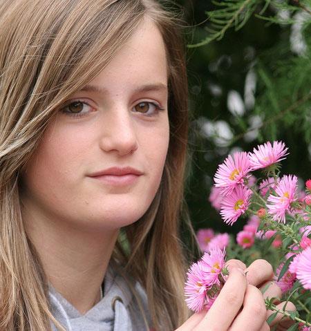 Lena mit Blumen