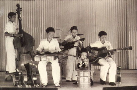 The Timor Rhythm Brothers in Surabaya 1947 l/r: Ponthon, Reggy, Loulou, Jane, Andy Tielman