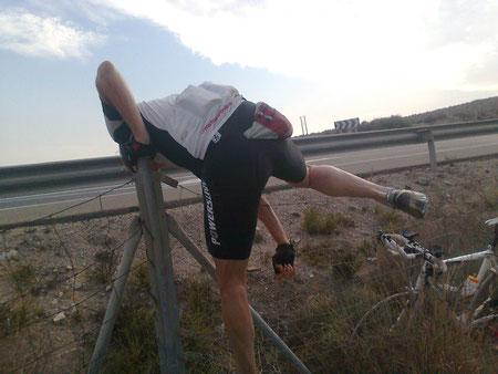 also rüber über den Zaun, der die Mountainbikestrecke von der Autobahn trennt