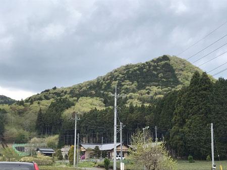 鶏足山駐車場からの見た山