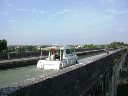 Je roule sous le pont canal à Agen (D. Scherwin-White)