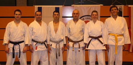 Avi (3.v.l.) mit den Pfarrkirchener Karatekas (nicht auf dem Bild sind Felix und Ludwig)