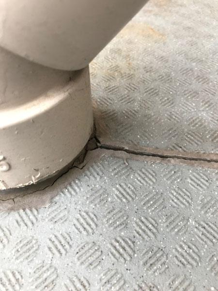 バルコニーの雨樋部分に生じた接合部のひび割れ 雨漏りの原因になり、階下の影響がでる可能性が高い
