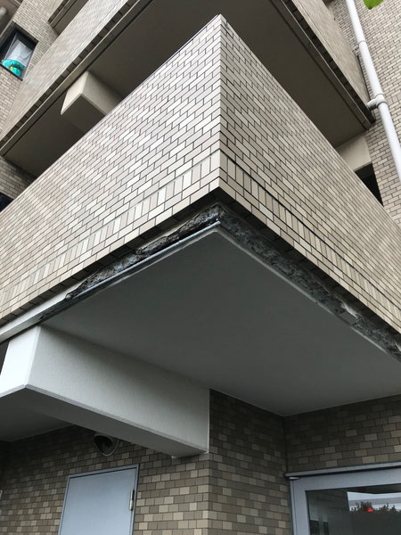 外壁劣化による壁一部分の欠損。タイルの浮きも同時に目視にて確認