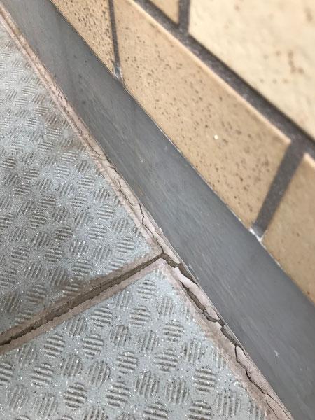 マンション壁とバルコニーとの取り合い部分に生じた亀裂 劣化は進行中の為亀裂はこの後も成長していきます。