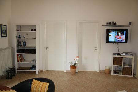 ... im Wohnzimmer mit Blick zu den beiden Schlafzimmern: camere da letto Joe und camere da letto Claudia