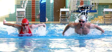 Diana mit Joseph beim Training in der Tölzer Schwimmhalle, Foto: Arndt Pröhl